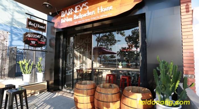 Những thùng phi to đùng được đặt trước cửa Barney's